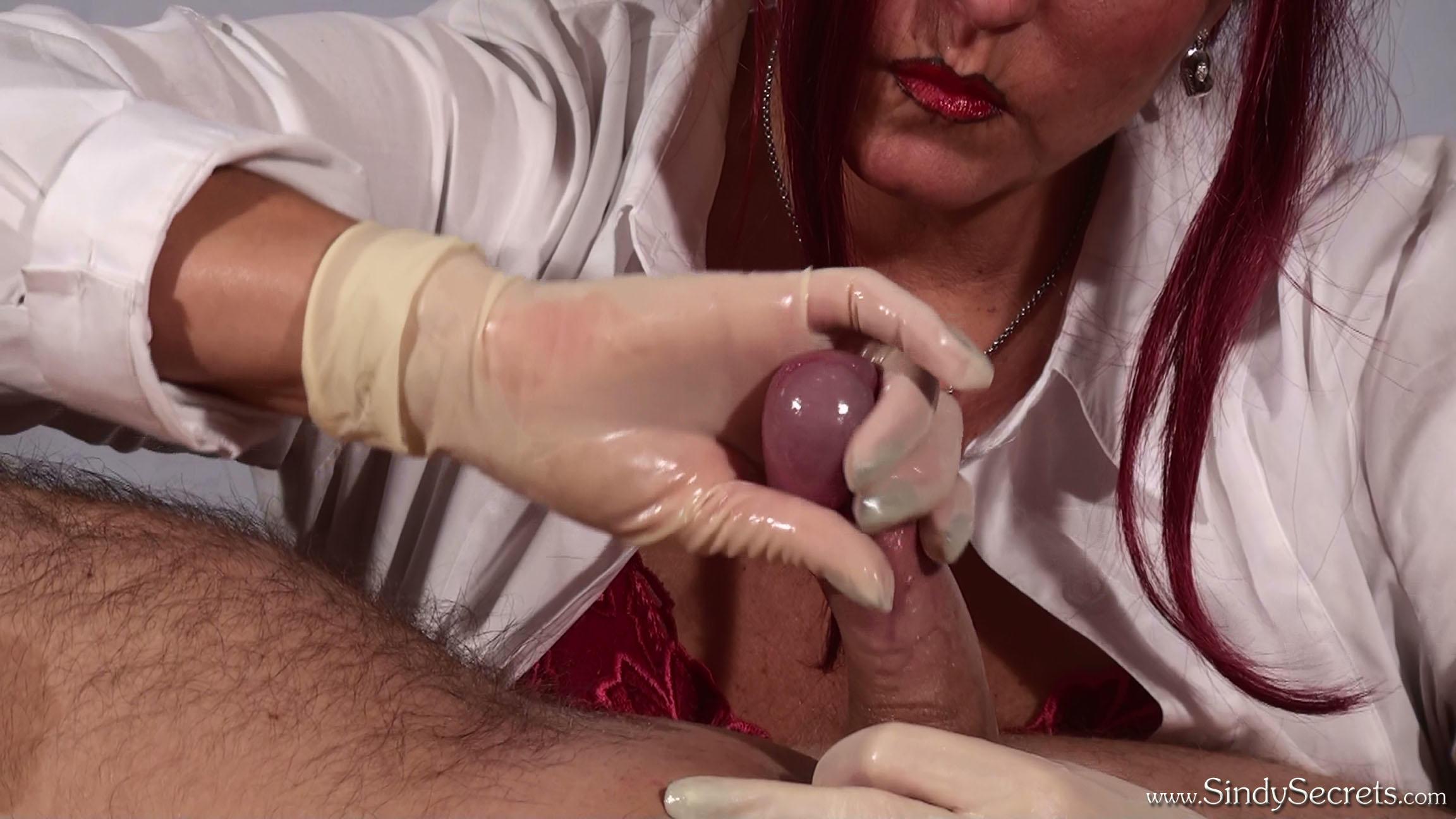 наклонится собирает сперму в перчатку этой малеханькой девчушки
