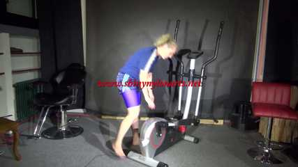 Watching Sophie wearing a sexy purple lycra legging, a blue shiny nylon shorts and a blue thsirt during her wokrout with the crosstrainer (Video)