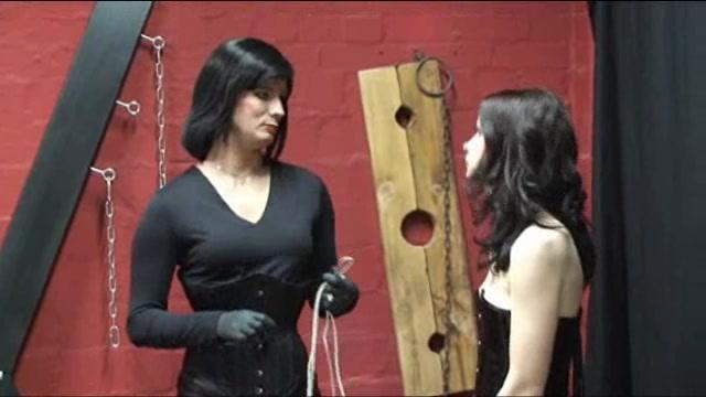 Annika Bond macht Pimmelritt bei Latex Hengst