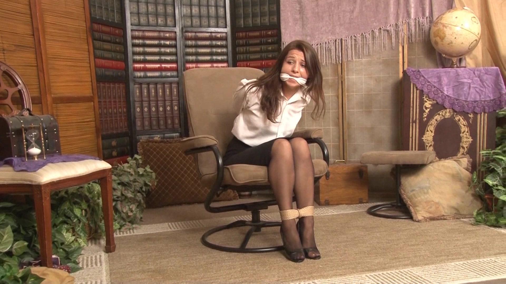 foto-svyazannie-v-ofise-prostitutku-trahayut-v-otdelenii-politsii