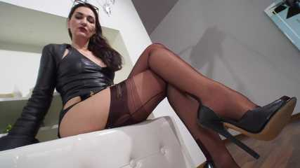 Nylon lady allows you come close and watch