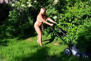 Nackt im Garten 5