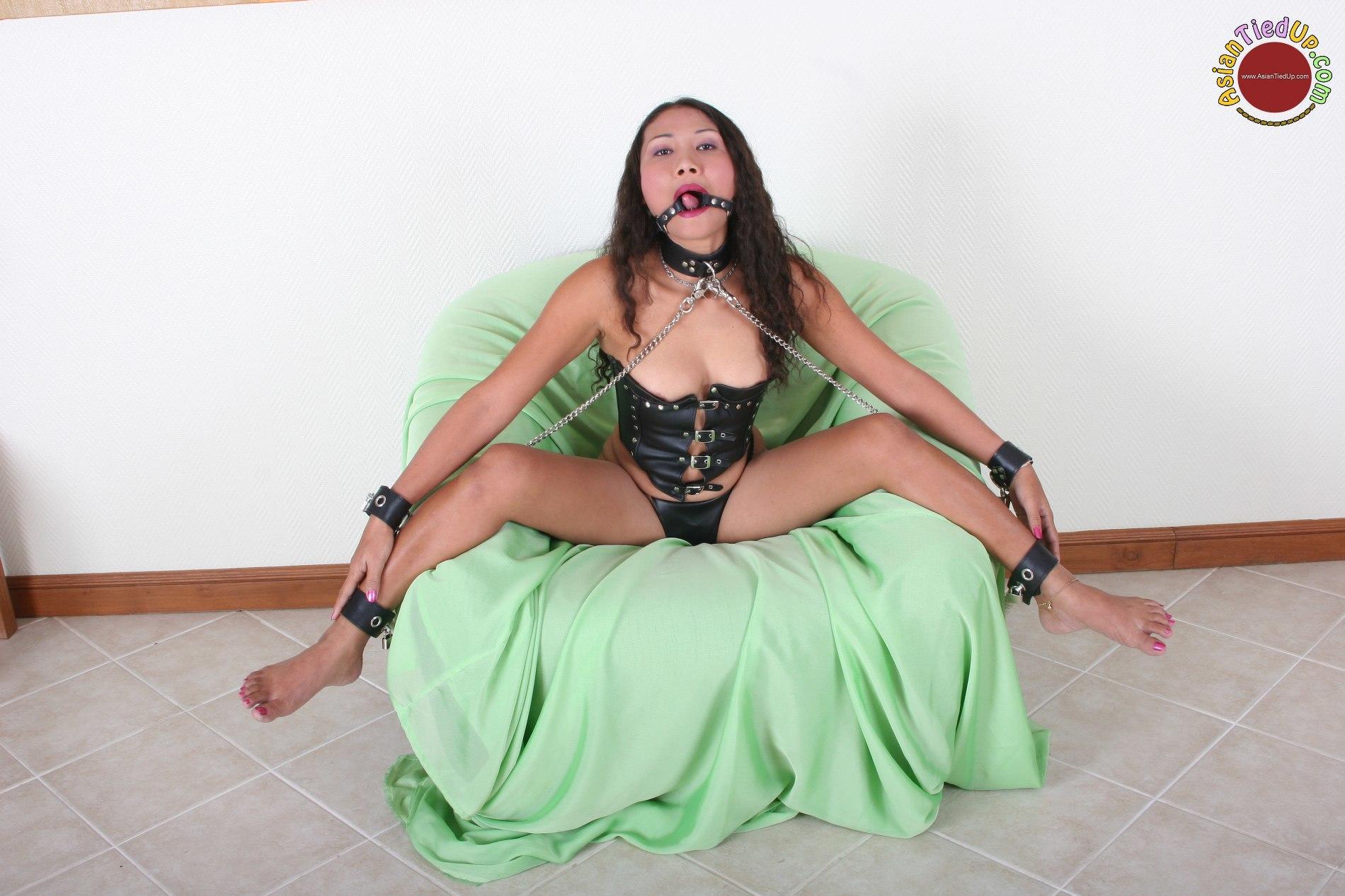 sexy women flashing pussy